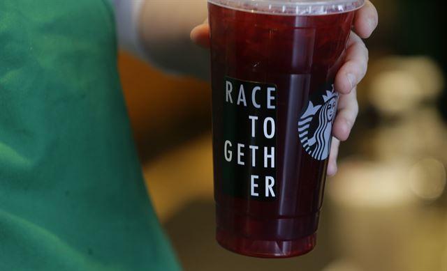 '인종차별 논란' 스타벅스, 미국 전 매장 문 닫고 직원교육