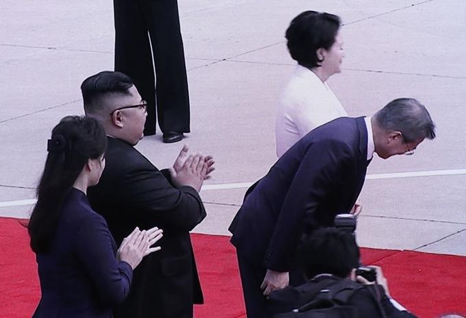 북한 주민들에 '90도 인사' 한 문재인 대통령