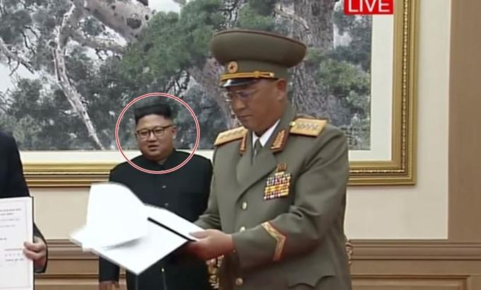 인민무력상 헤매자… 김정은, 군사합의서 서명 중 '피식'