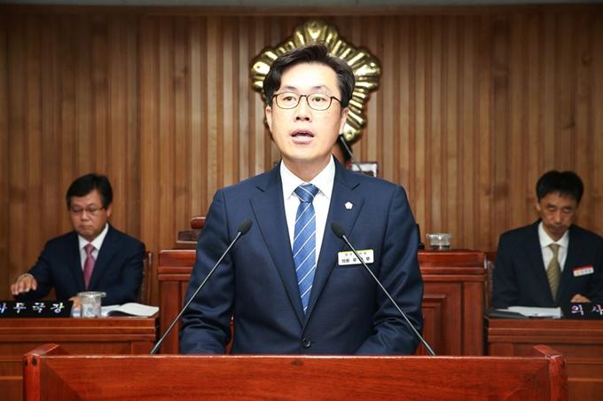 3efd105dcb6 우충무 영주시의원이 매화공원 조성 과정의 문제점을 따져 묻고 있다. 영주시의회 제공