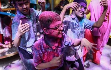 '알록달록 물감' 인도 봄맞이 축제