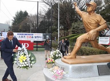 최동원 동상에 헌화하는 이대호