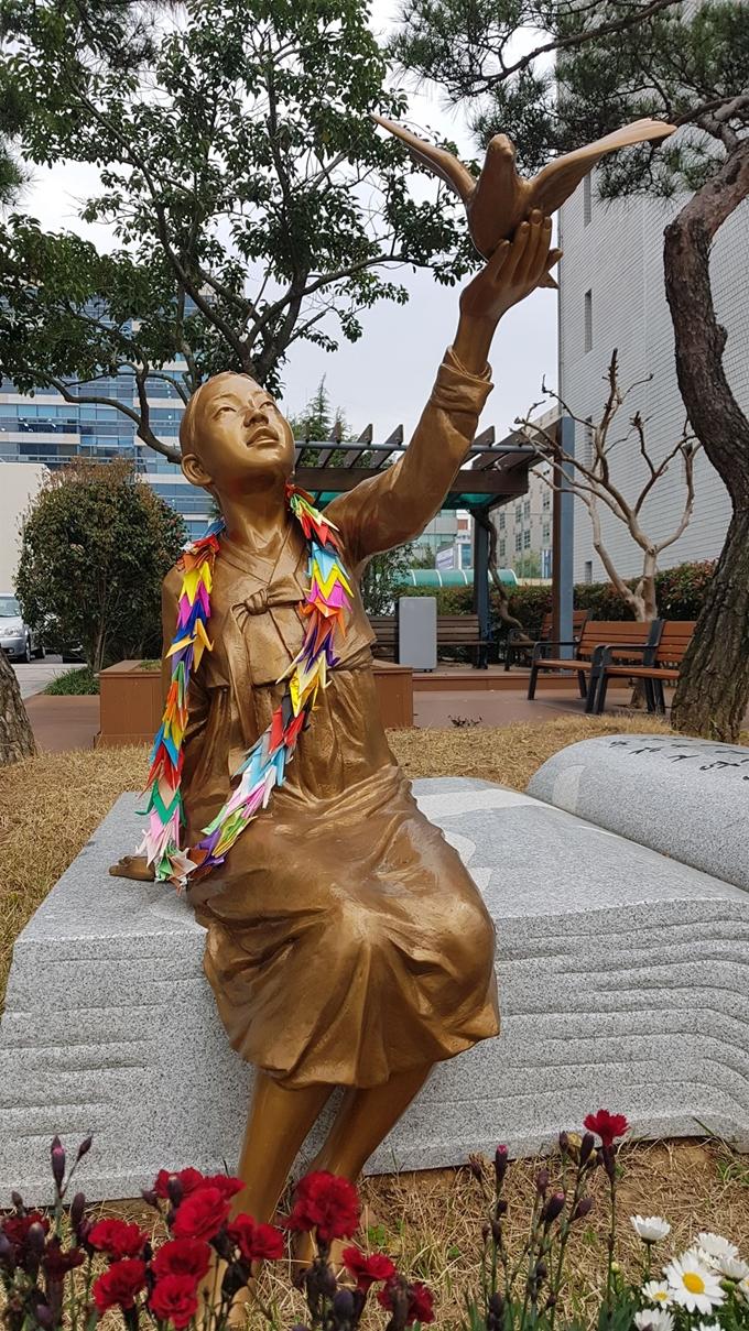 【韓国】少女像に『折り鶴のネックレス』をプレゼントした老夫婦が話題に[04/11] ->画像>11枚