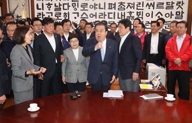 의장실 몰려간 한국당, 성추행 논란 휩싸인 문희상