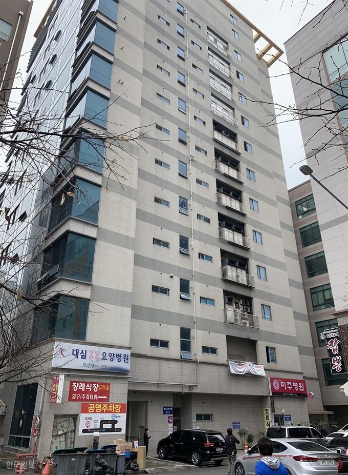 """신종 코로나 해외유입 급증…정부 """"모든 입국자 2주간 자가격리"""""""