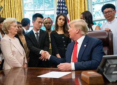 탈북자 포함 세계 종교탄압 피해자들 만난 트럼프