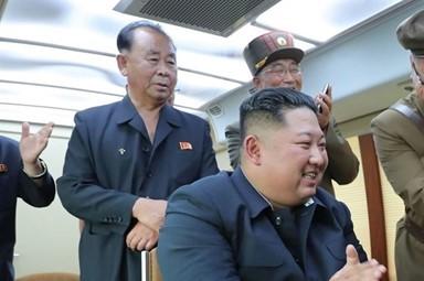 김정은, '위력시위사격' 지휘