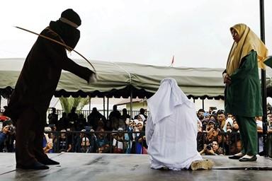 '혼외 정사' 印尼 남녀, 공개 채찍질 당하고 의식 잃어