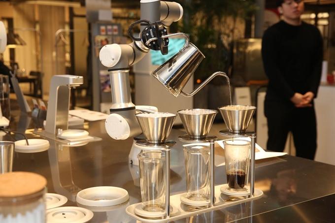로봇이 커피 추출, 배달... 중기부, 미래형 레스토랑서 신년회