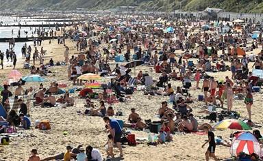 항의하듯 해변으로 간 영국 시민들
