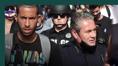 팔짱 끼고, 포옹하고, 무릎 꿇고… 시위대와 연대하는 美 경찰