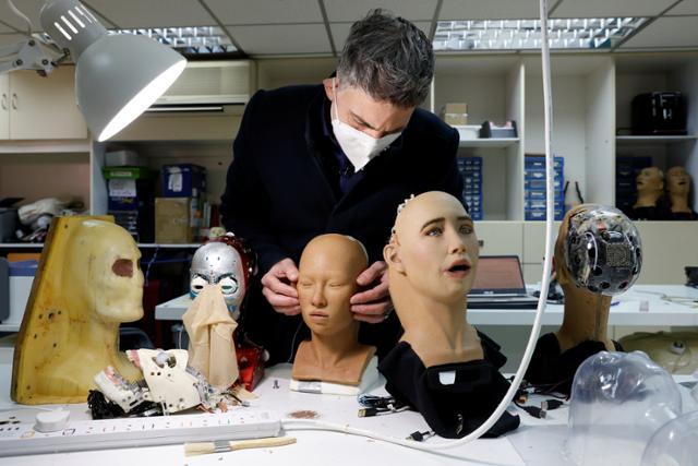 '막말'은 잊어주세요... 대량생산 앞둔 인공지능 로봇 '소피아'