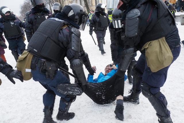 """""""푸틴은 도둑이다""""러시아 나발 니 석방 항의… 3,000 명 이상 체포"""