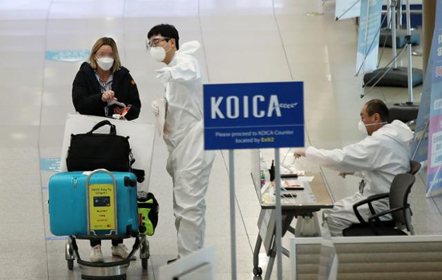 변이와 속도의 유입이없는 백신, 거리의 반발 … '사면 초 가지'검역 당국