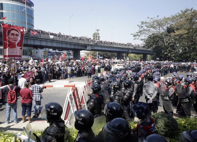 """""""나는 아버지처럼 살고 싶지 않았다""""… 쿠데타를 싫어하는 미얀마 젊은이들의 외침"""