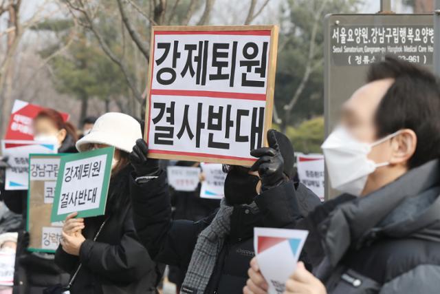 """강남 행복 요양 병원 250 명""""89 세 치매, 여기 떠나면 죽을거야"""""""