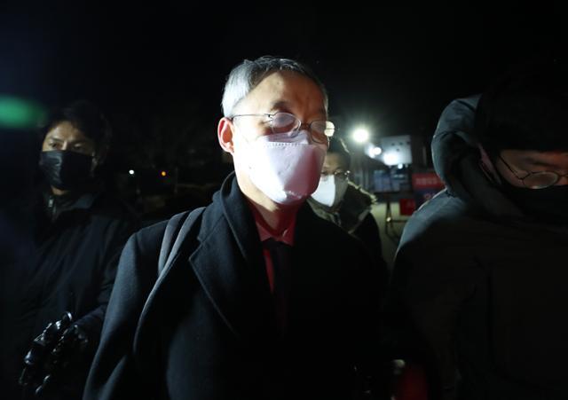 백운규 영장 기각 … 늦은 '정치 수사'는 침묵해야한다