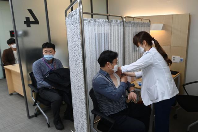 의사가 백신을 승인하는 동안 판단하고 접종하는 기관