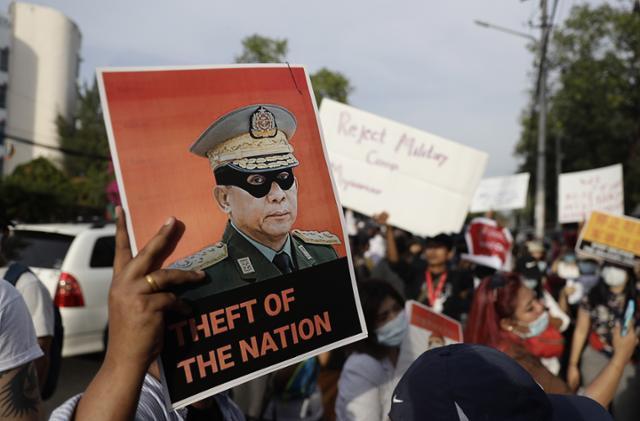 국제 사회를 비판하기 위해 … 미얀마 군은 법원의 허가없이 체포 될 수 있습니다.