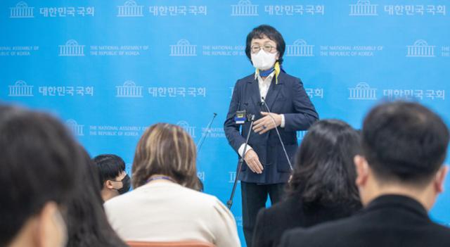 """국회의원 휘장을 던진 김진애는""""정장을 입은 박영선과 상설 토론하자""""고 말했다."""
