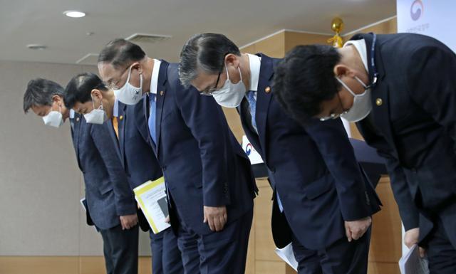 """홍남기, '산불 공감', """"공무원을위한 '부동산 등록제'도입 검토"""""""
