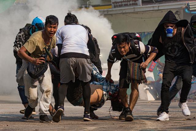 """돈이 꽉 찬 미얀마 군 """"국민 예금 몰수"""""""