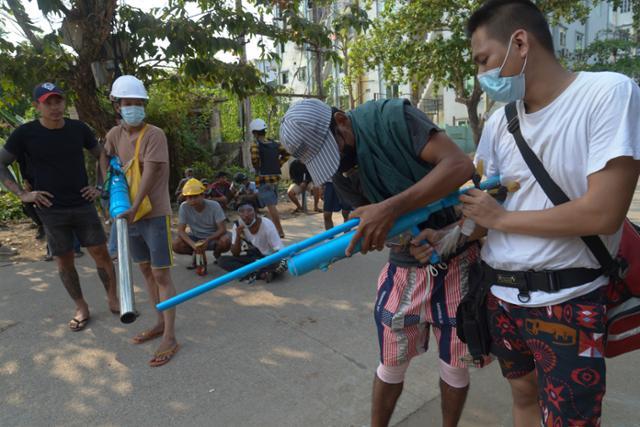 미얀마 군이 빵을 사러 간 청년과 쇼핑을하던 임산부를 쏘다
