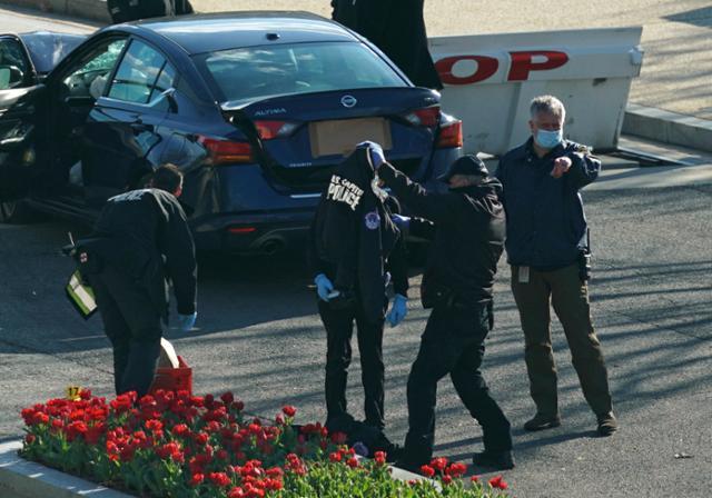 자동차가 미 국회 의사당 검문소로 돌진 … 경찰과 용의자들이 살해 됨
