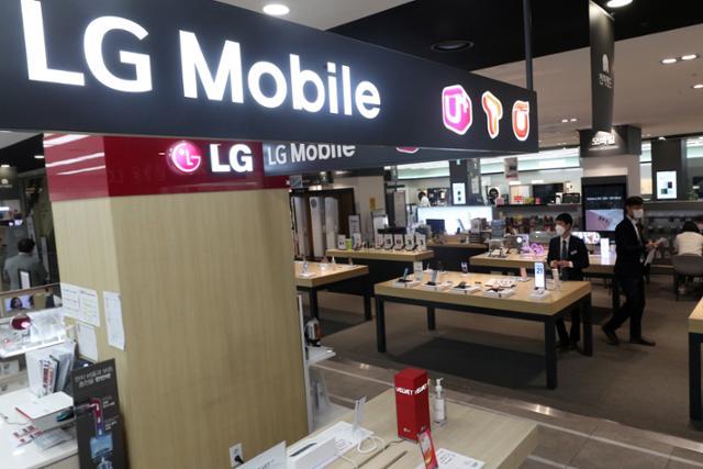 """LG 폰 철수로 중저가 폰은 '삼성'… """"소비자 부담이 커질 것 같다"""""""