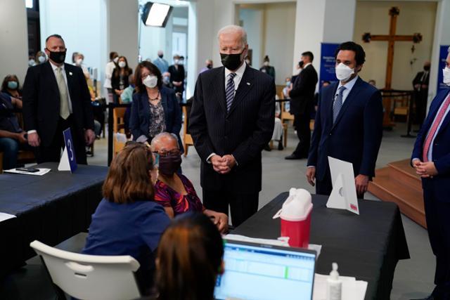"""바이든은 """"5 월 말 미국에서 예방 접종을 마쳤다""""고 말했지만 …"""