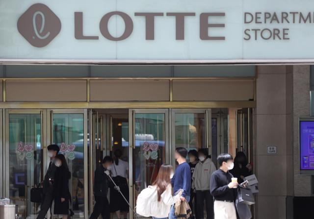 롯데 이어 신세계 백화점서도 집단감염… 수산시장 15명 확진